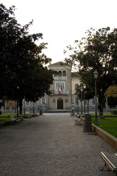"""La """"Casa del Presidente"""" vista dal viale della cchiesa"""