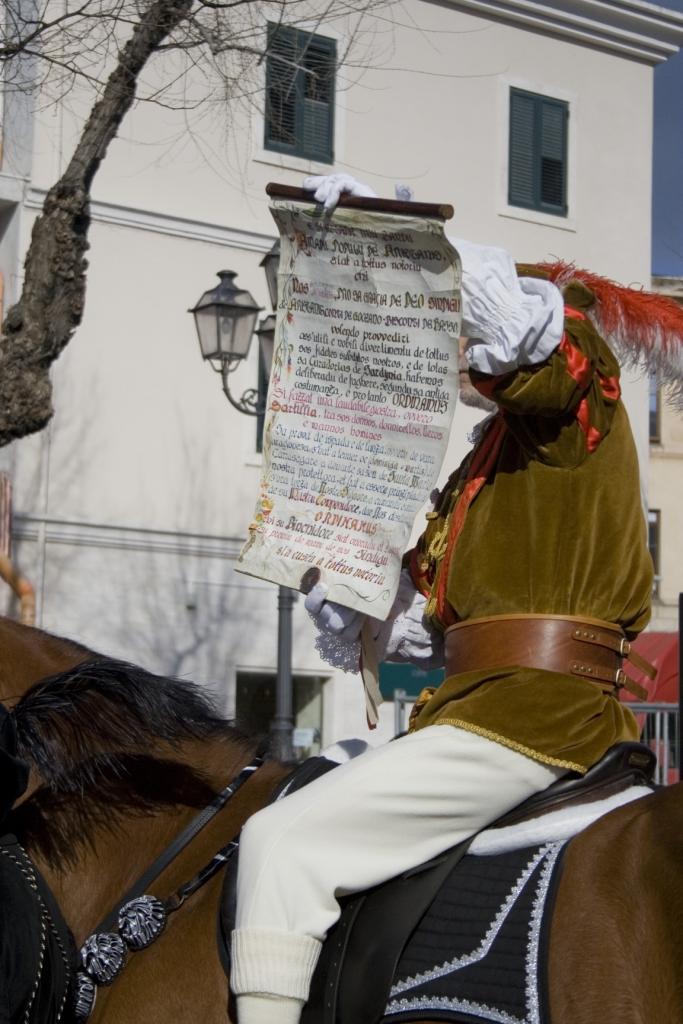 L'araldo mostra l'editto alla folla