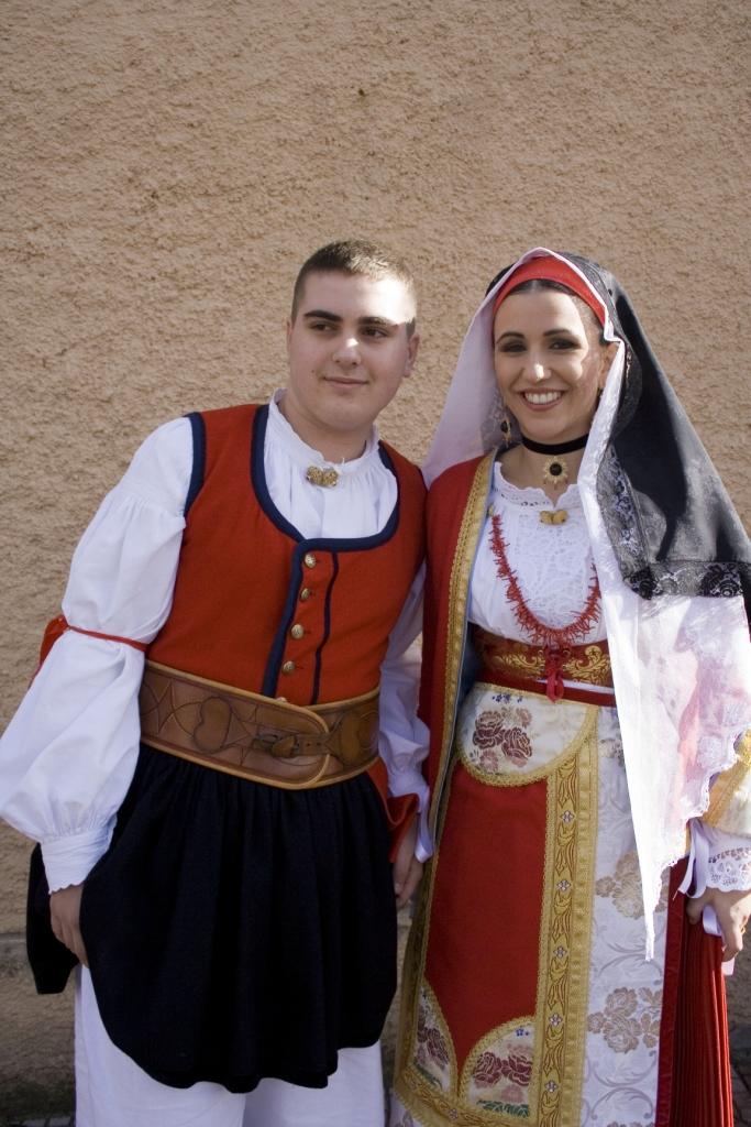 Due ragazzi vestiti col costume locale
