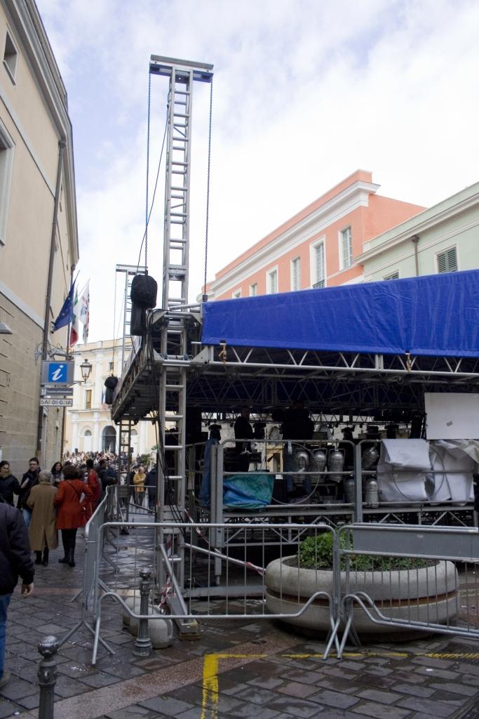 Preparazione del palco musicale in piazza Eleonora