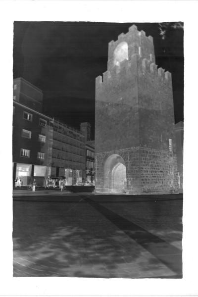 La torre in Piazza Roma a Oristano, tra la curiosità dei passanti. (negativo)
